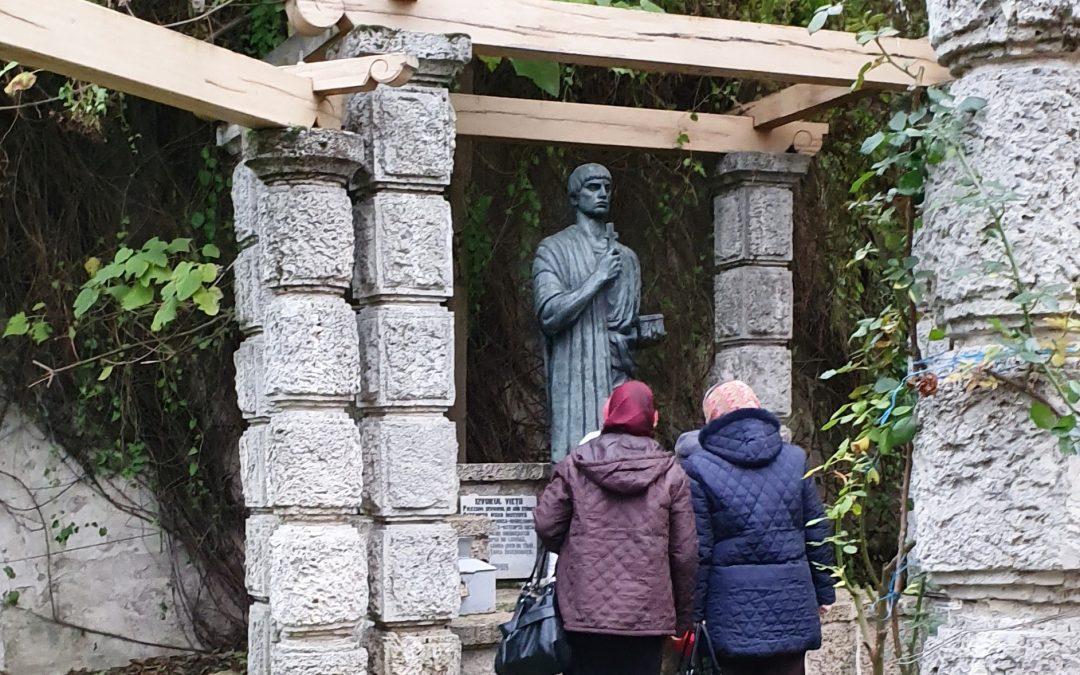 """Fantana cu """"apa vie"""" a Sfantului Pentelimon de la Manastirea Techirghiol"""